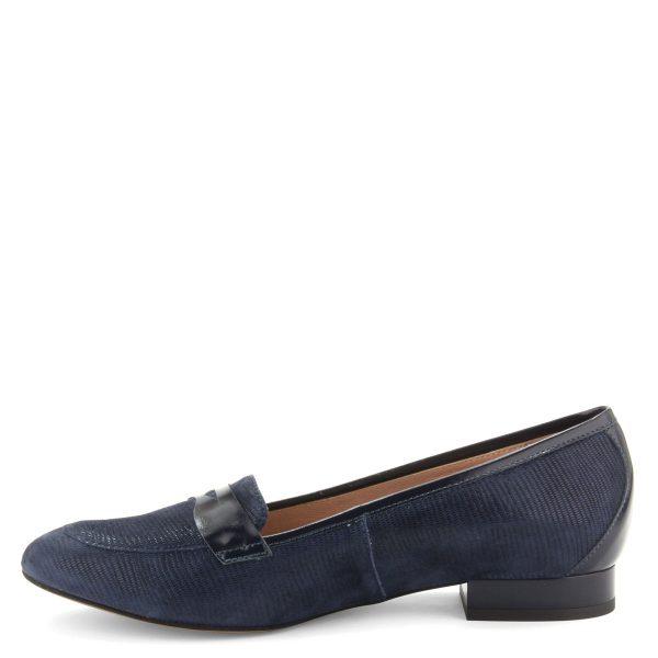 Elegáns, sötétkék színű lapos női cipő, nyomott mintás bőr felsőrésszel, bőr béléssel.