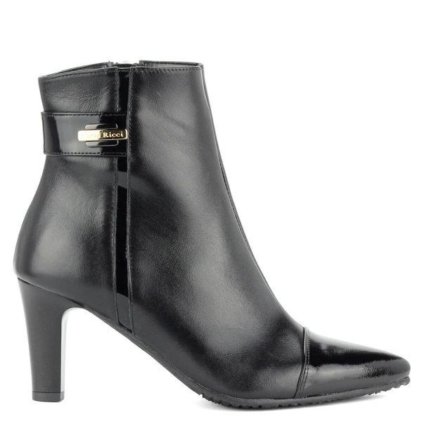 Fekete bőr bokacsizma kb 7cm magas sarokkal, meleg filc béléssel.