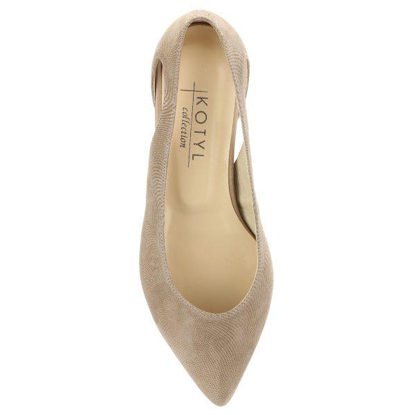 Bézs színű lapos, hegyes orrú női bőr cipő. Strukturált bőr, mindkét oldalán kis kivágással, sarka 1,5 cm magas.