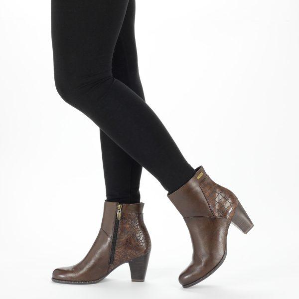 Tamaris bokacsizma barna színben, vízlepergető DUO-TEX membránnal, 7 cm magas sarokkal.
