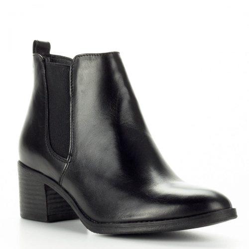 Fekete Tamaris bokacsizma közepes sarokkal. Felsőrésze bőr, bélése textil. Sarka 5 cm magas, talpa vastag gumi talp - ChiX Női Cipő Webáruház