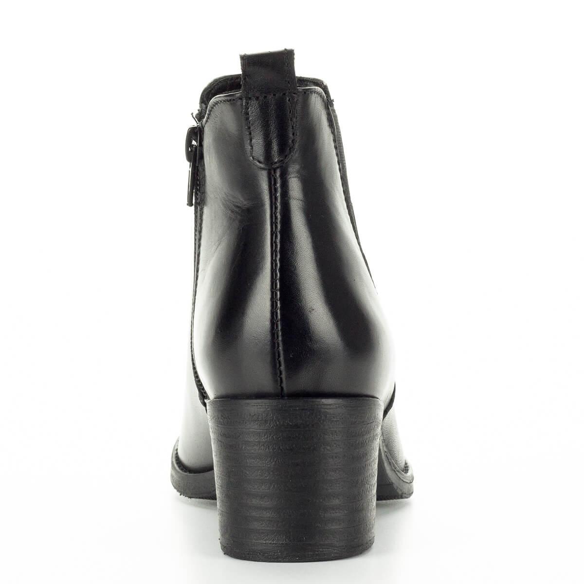 Sarka 5 cm magas  Fekete Tamaris bokacsizma közepes sarokkal. Felsőrésze  bőr c24b42077e