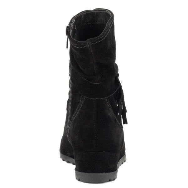 Bélelt Fekete Tamaris bokacsizma bőr felsőrésszel. Recés gumi talppal készült, sarka 3,5 cm magas.