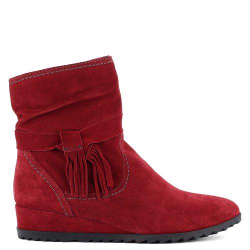 Piros bélelt Tamaris bokacsizma bőrből. Recés gumi talppal és 3,5 cm magas sarokkal készült.