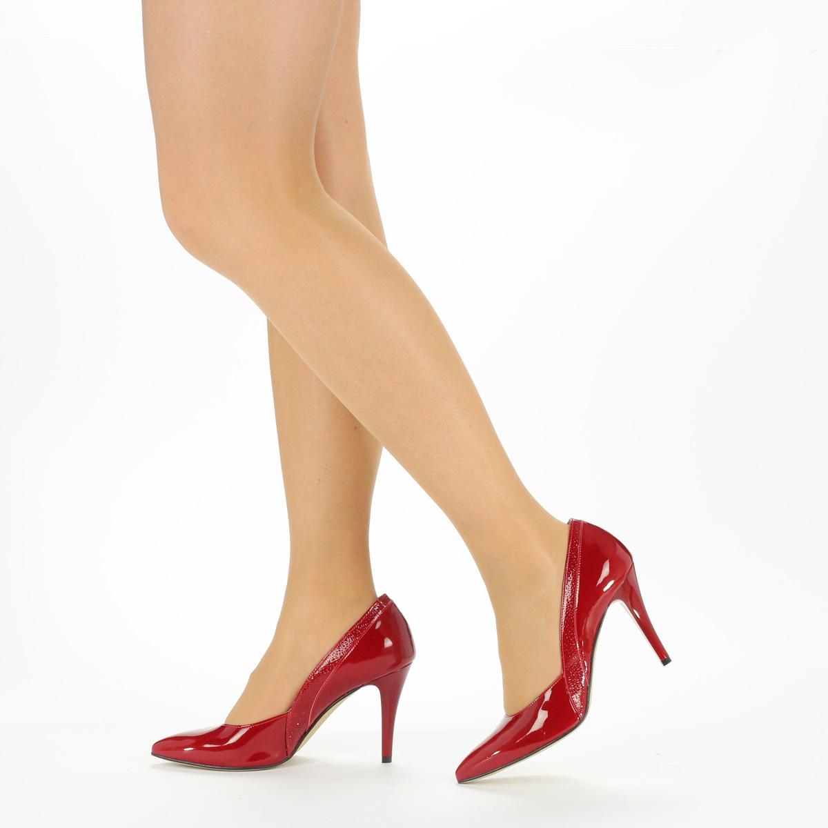 Felsőrésze és bélése  Piros színű magas sarkú lakk alkalmi cipő. Sarka 9 cm  magas. Felsőrésze és bélése bc69b4b12c