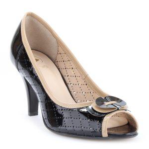 Orrán nyitott női cipő 7,5 cm magas sarokkal. Lakk bőr felsőrésszel, bőr béléssel készült.