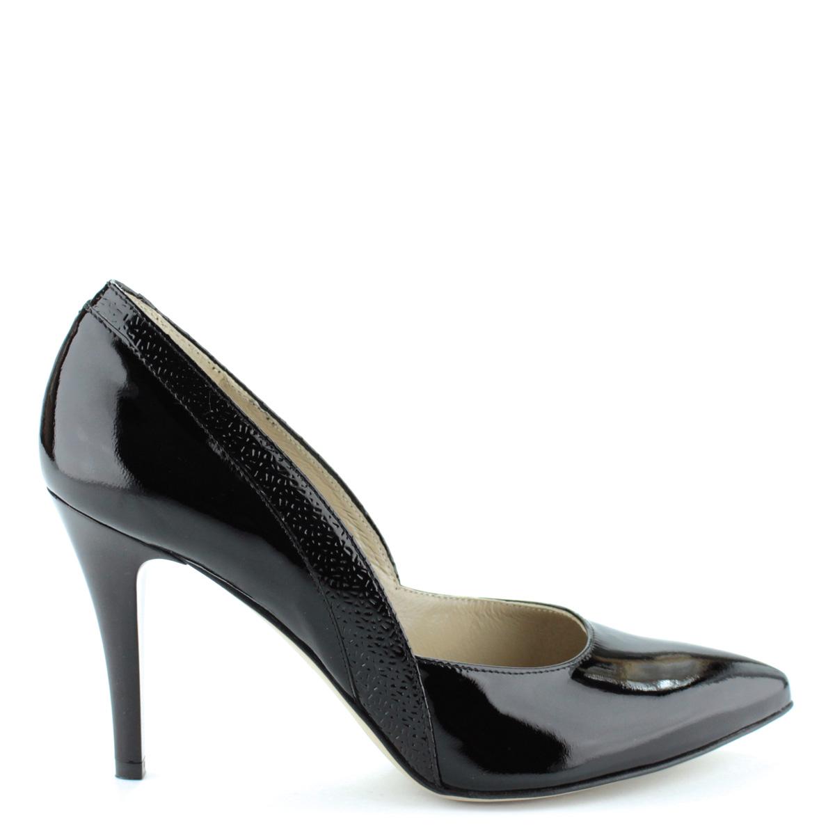 Felsőrésze és bélése  Fekete színű magas sarkú lakk alkalmi cipő. Sarka 9  cm magas. Felsőrésze és bélése 8f0da8d155
