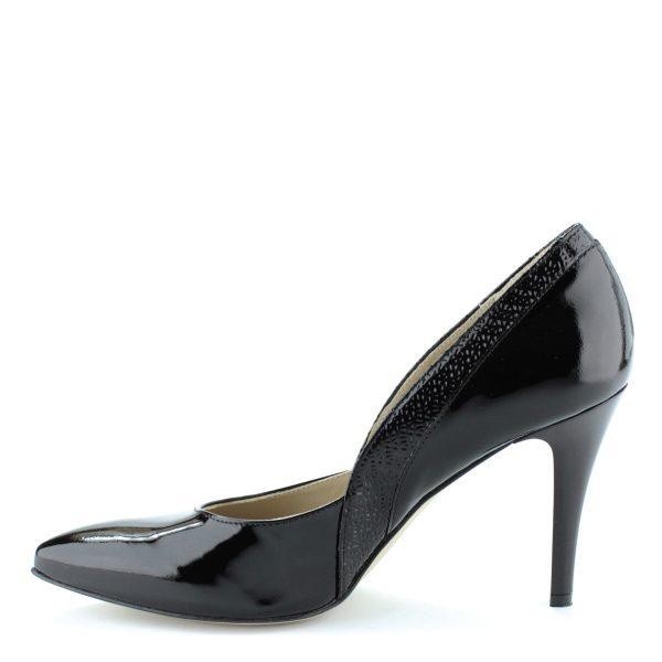 Fekete színű magas sarkú lakk alkalmi cipő. Sarka 9 cm magas. Felsőrésze és bélése is bőr. Oldalán anyagába nyomott díszítés található.
