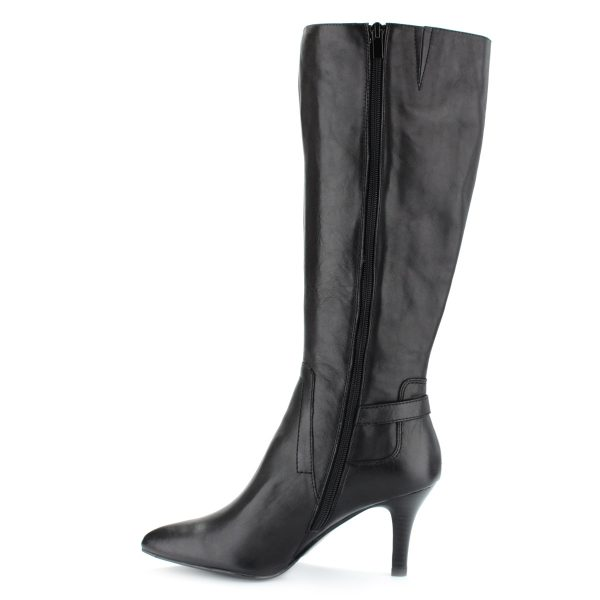 Magas sarkú, hegyes orrú, bokáján csattal díszített fekete női alkalmi csizma. Sarka 8 cm magas, bélése bőr