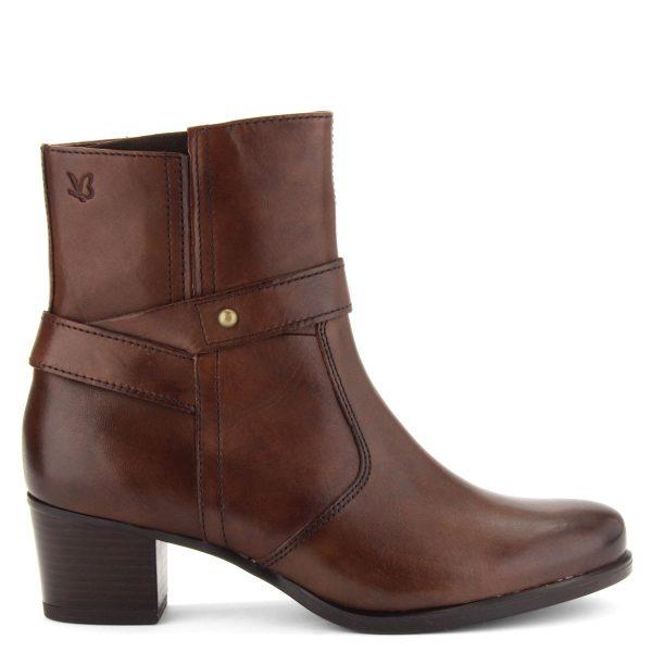 Bőrből készült kényelmes Caprice bokacsizma barna színben. Sarka 5 cm magas, bélése meleg plüss.