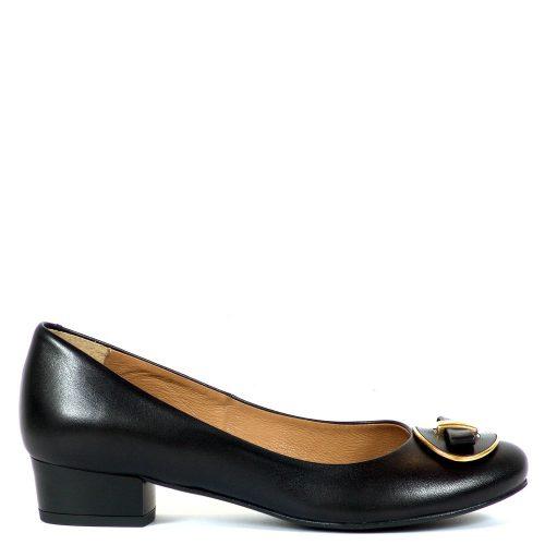3 cm magas sarokkal készült elegáns női cipő, orrán masni dísszel. Felsőrésze és bélése is bőrből készült.