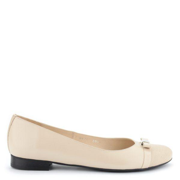 Bézs színű elegáns lapos női cipő bőr felsőrésszel és bőr béléssel.