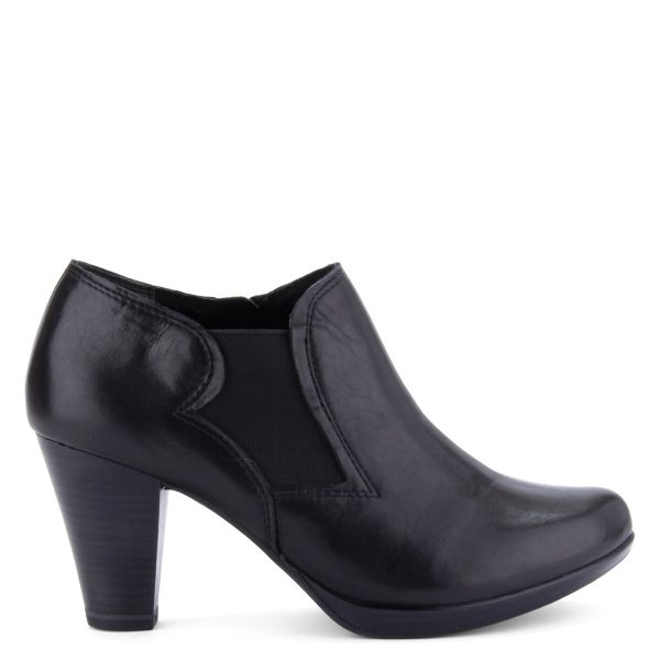 Marco Tozzi zárt női cipő platformos talppal, ANTiShokk sarokkal, memóriahabos Feel Me talpbéléssel. Oldalt gumi betétes, sarka 8 cm magas.