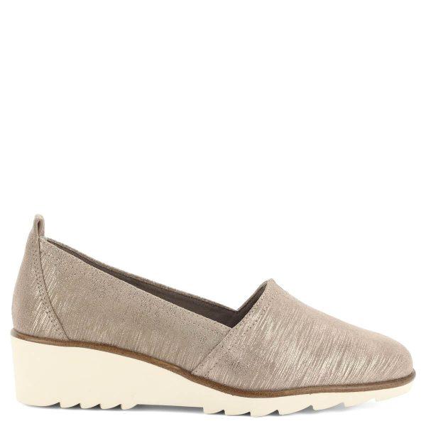 Belebújós Tamaris cipő kb 4 cm magas éksarokkal. Talpbélése a láb formájához igazodik. Metálos csillogású drapp bőrből készült, tökéletes választás tavaszra, vagy akár a nyári estékre.
