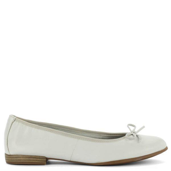 Tamaris balerina cipő fehér színben. A klasszikus kényelmes futkosós fazon masni díszt kapott, talpbetétje memóriahabos, a láb formájához igazodik.