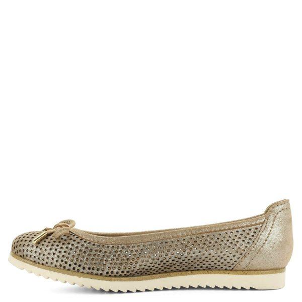 Bézs Marco Tozzi masnis balerina cipő. A cipő bőrből készült, szellős lyukacsos felsőrészét masni díszíti. Puha talpbetétje teszi teljessé a komfortot.