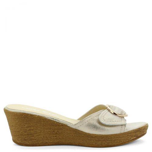 Laura Piacci telitalpú arany női papucs bőrből. Sarka 6 cm magas, talpa 2 cm vastag. Kényelmes bőr utcai papucs - ChiX Női Cipő Webáruház