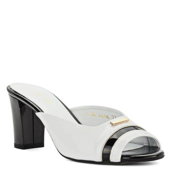 Anis fekete-fehér bőr papucs 7 centis sarokkal, kívül-belül puha bőrből készült. Elejét arany színű fém dísz díszíti. Elegáns magas sarkú papucs.