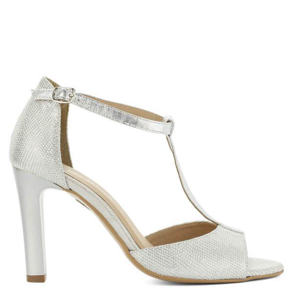 Carla Ricci ezüst magassarkú szandál 9 cm magas sarokkal. Bőre texturált, ezüstös fényű. A szandál bélése is bőr. Pántja szépen ráfekszik a lábfejre.