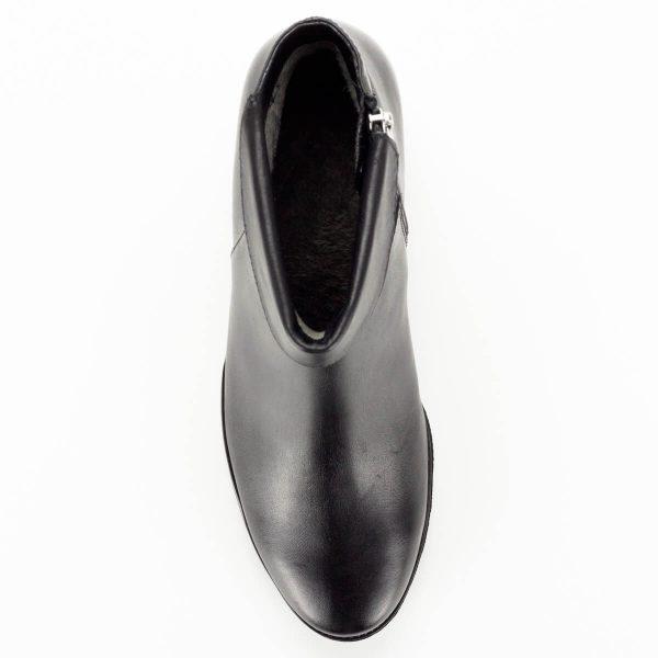 Kerek orrú fekete Caprice bőr bokacsizma plüss béléssel. Vastag gumi talppal készült, belső oldalán cipzáros. 5 cm-es sarka egész napos kényelmet nyújt.