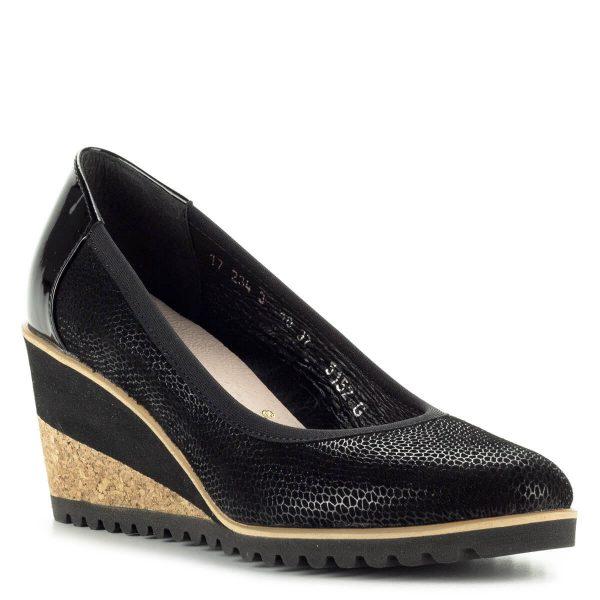 Fekete telitalpú Bioeco női cipő. Felsőrésze és bélése egyaránt bőr, kérge lakk, sarka 7 cm magas. A kényelmet a puha SoftStep talpbélés biztosítja.