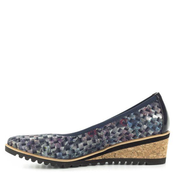 Kék telitalpú Bioeco női cipő parafa mintás talppal. Felsőrésze apró mintás, bőrből készült, valamit a cipő bélése is bőr, kérge lakk. Sarka 4,5 cm magas.