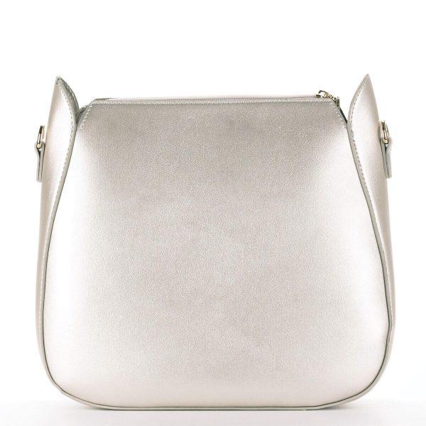 Nobo női táska arany színben, arany díszítéssel, osztás nélküli nagy belső térrel. A belsejében egy kivehető belső rész található.