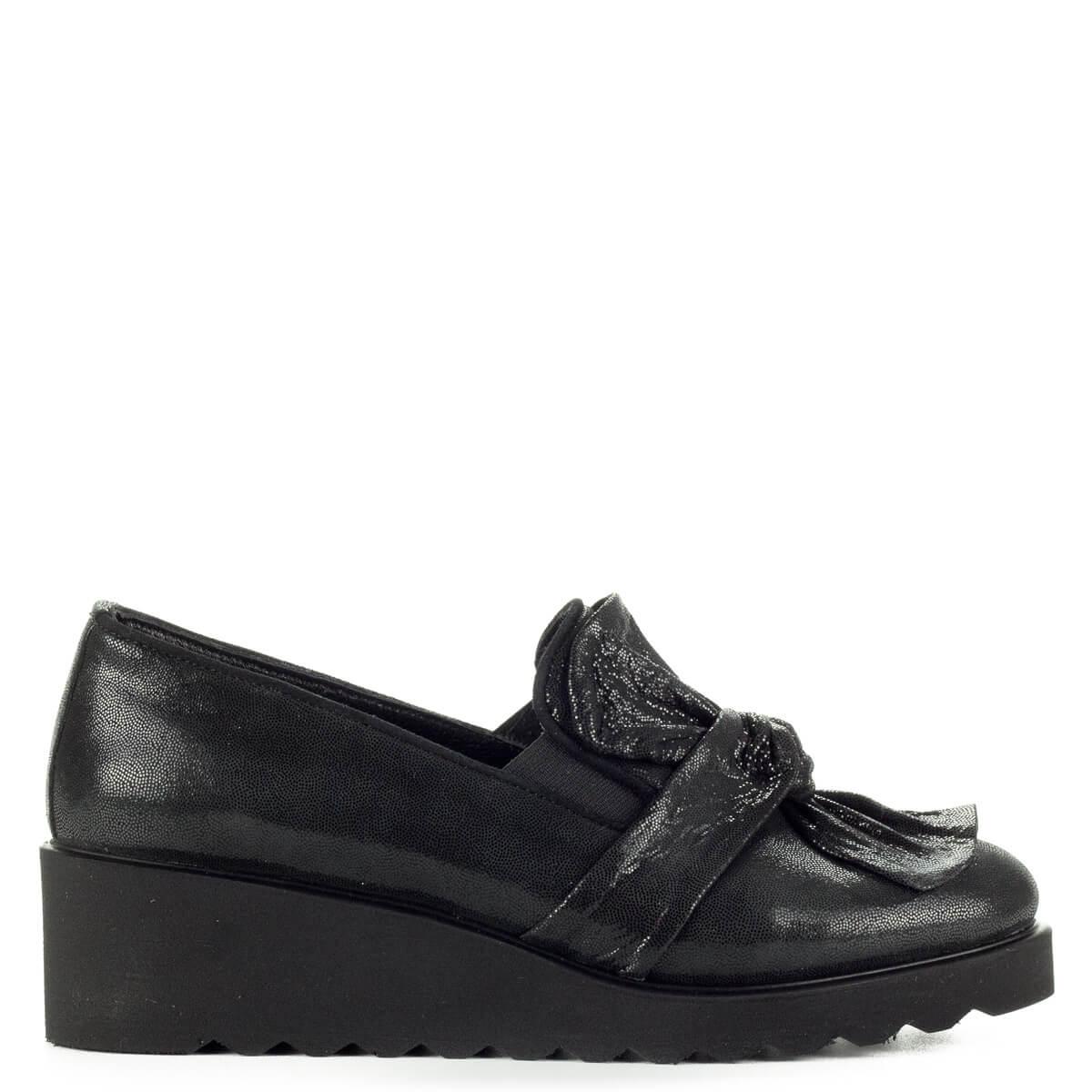 00d347ff6d Anna Viotti fekete masnis slipon cipő vastag gumi talppal. A cipő  természetes bőrből készült, ...