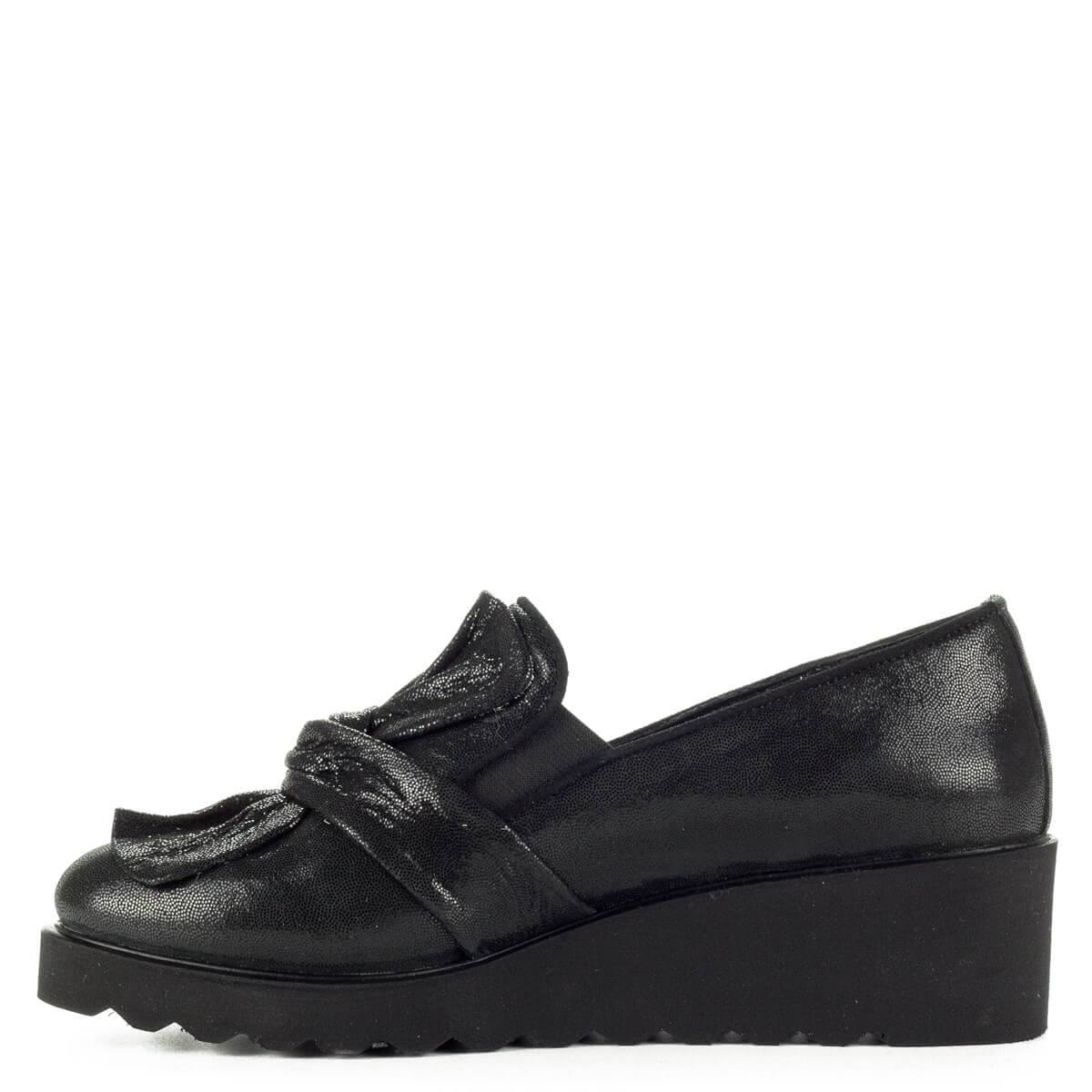 d109887b53 ... Anna Viotti fekete masnis slipon cipő vastag gumi talppal. A cipő  természetes bőrből készült,