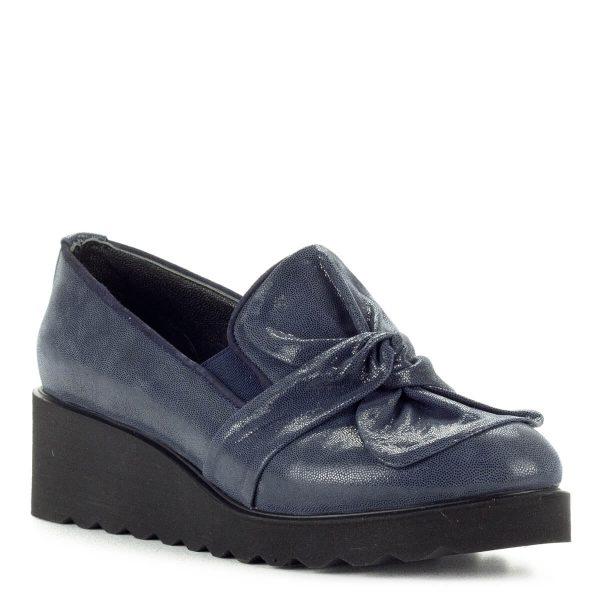 Anna Viotti kék masnis slipon vastag gumi talppal. Sarka 4,5 cm, talpvastagsága 1,5 cm. Felsőrésze és bélése egyaránt bőr.