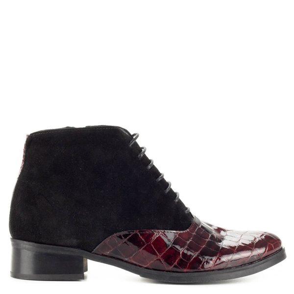 Clarette fűzős bőr bokacipő bőr béléssel, 3 cm magas sarokkal. Felsőrésze fekete nubuk bőr és bordó lakk bőr kombinálásával készült.