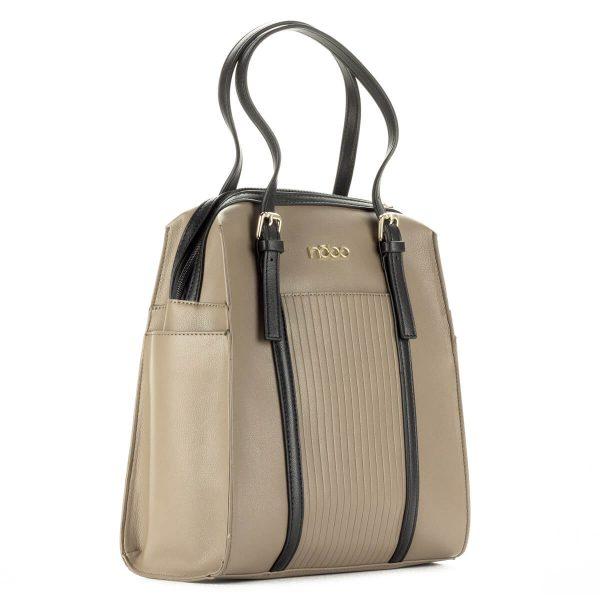 Drapp Nobo női táska fekete részekkel. Záródása cipzárral történik, két oldalán és elején kis zseb található. A fül hossza állítható.