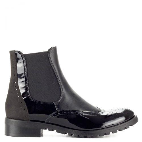 Fekete Lukasz bőr bokacsizma vastag gumi talppal. Belebújós fazon, a modell cipzár nélkül készült, két oldalán gumi betét található, filc béléssel készült.