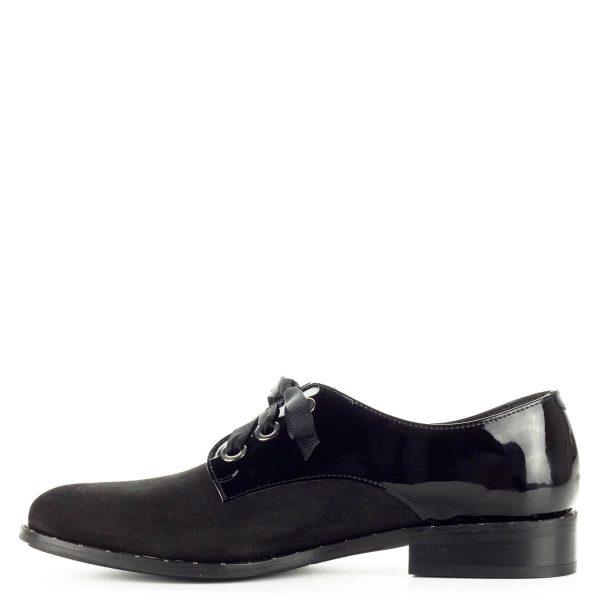 Fekete Lukasz fűzős női cipő nubuk és lakk bőr kombinálásával. Talpa körben szegecsekkel díszített, fűzője szatén. Bélése bőr, sarka 2,5 cm magas.