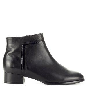Regarde Le Ciel fekete bőr bokacsizma meleg plüss béléssel, 3 cm magas sarokkal. Felsőrészén lakk díszcsík található, nagyon puha, minőségi bőrből készült.