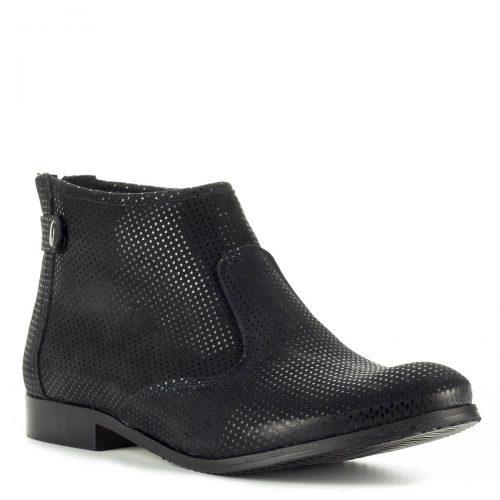 Stragórs fekete bőr bokacsizma csúszásmentes talppal, 1,5 cm-es sarokmagassággal. A bokacsizma filc béléssel készült, cipzárja a hátsó részen található.