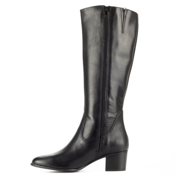 Tamaris fekete bőr csizma csat dísszel, 5 cm magas sarokkal. A csizma meleg textil béléssel készült, bokáján díszített. Szárhossz: 36 cm.