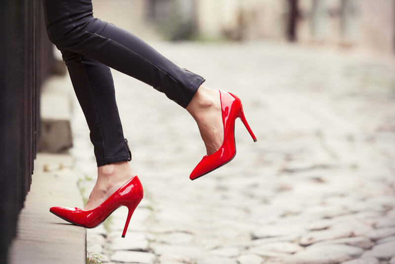 A magassarkú cipők története - Dögös piros lakk magassarkú cipő