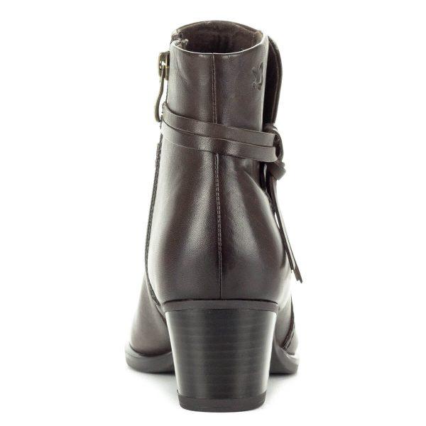 Caprice bokacsizma barna színben, bőr felsőrésszel és puha plüss béléssel. Oldalt díszítés található. Sarokmagassága 5 cm.
