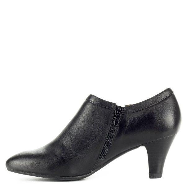 Fekete Belle bőr cipő 6 centis sarokkal, külső oldalán kis fém díszítéssel. Bélése és felsőrésze is bőrből készült. Zárt női cipő