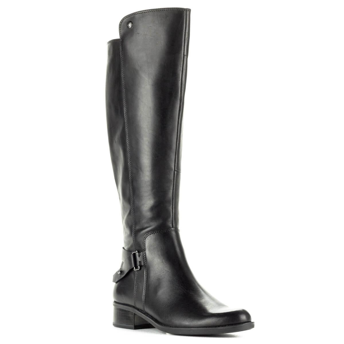 Fekete hosszúszárú Caprice bőr csizma vastag gumi talppal. A csizma bélése a Caprice-tól megszokott puha plüss bélés, boka részen díszítés található.