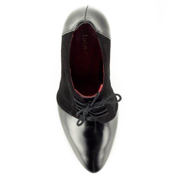 Luca Cavialli fekete fűzős magassarkú cipő bőr és velúr bőr kombinálásával készült. Sarka 9 cm magas, bélése bőrből készült.