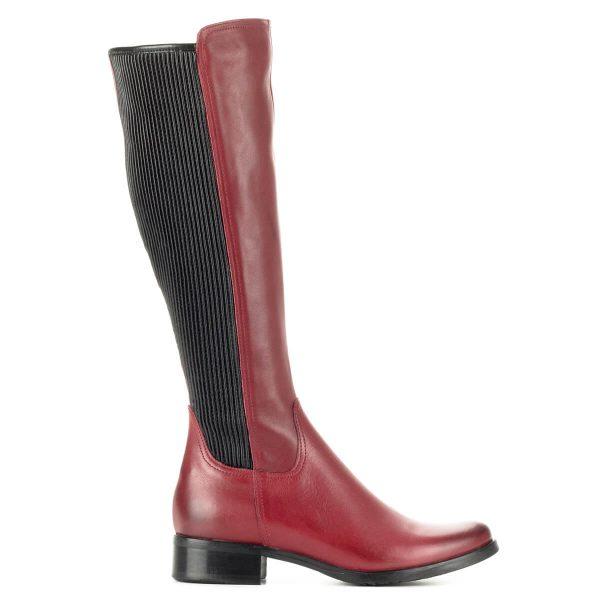 Piros Bioeco női csizma gumi betéttel. Vastag gumi talppal és textil béléssel készült bőr csizma. A szár hátsó részében gumi betét található.