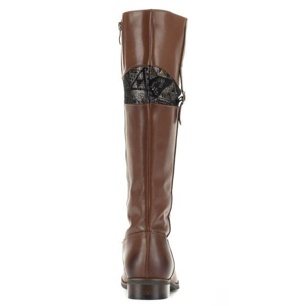 Stragórs barna lapos bőr csizma meleg textil béléssel. A csizma szárának felső részében mintás betét kapott helyet, külső oldalán egy kis csat is díszíti.