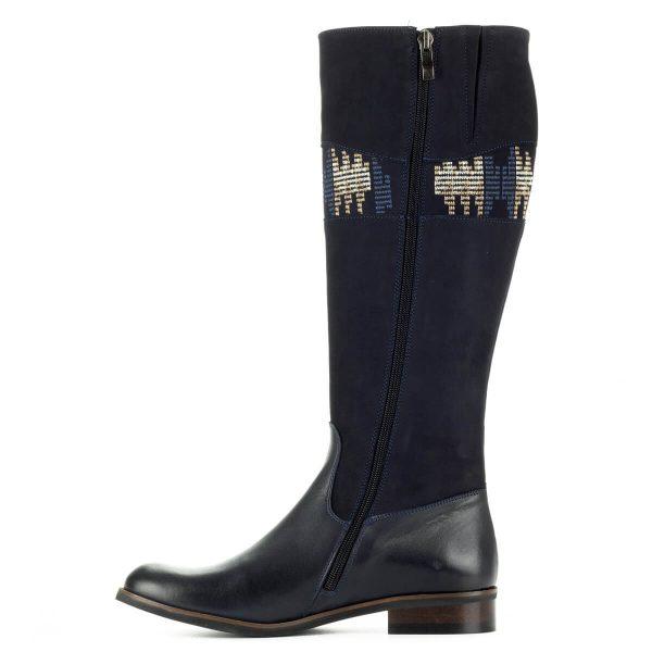 Stragórs kék mintás szárú bőr csizma gumi talppal, enyhén emelt sarokkal. Meleg textil béléssel készült. A csizma lábfeje fedett bőr, szára nubuk bőr.