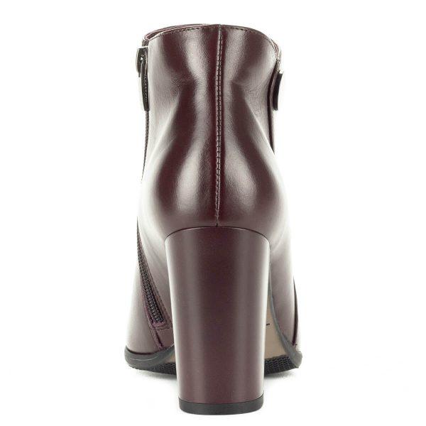 Bordó Kotyl magas sarkú bokacsizma meleg textil béléssel, 8,5 cm magas sarokkal. Fényes bőr felsőrésze csodaszép, kis fém gomb díszíti.
