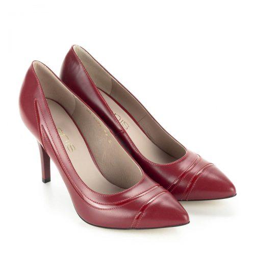 9 cm magas sarkú hegyes orrú bőr cipő, oldalában lakk bőr díszítő csíkkal. Bélése bőr. Ingyenes kiszállítással rendelhető