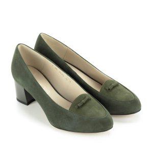 Anis zöld női cipő velúr bőrből, bőr béléssel. Elején kis masni dísz található, sarokmagassága kb 5 cm. Nagyon elegáns, puha bőrből készült női cipő.
