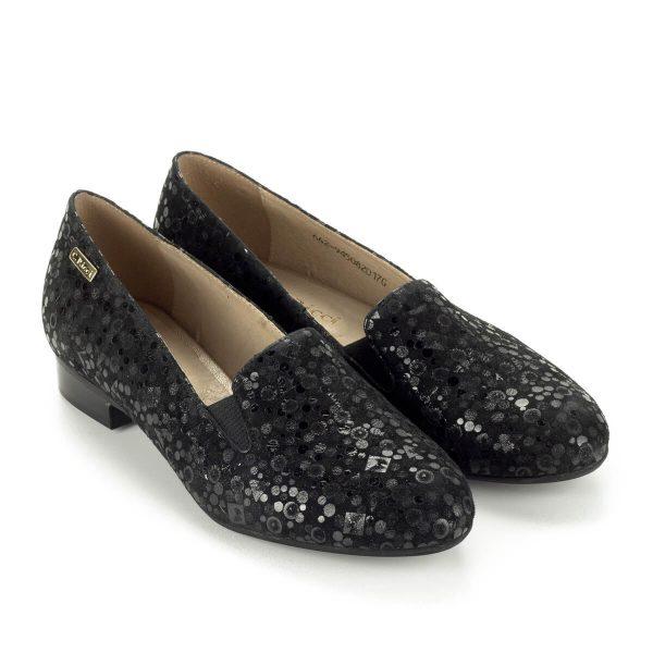 Carla Ricci elegáns fekete lapos cipő mintás bőr felsőrésszel, bőr béléssel. Sarka enyhén emelt, magassága 2 cm. Két oldalt gumi betét található.
