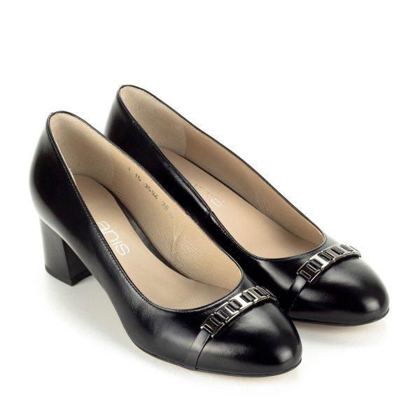 """Közepes sarkú Anis bőr cipő 5 cm magas """"kocka"""" sarokkal. Orrán fém díszítés található. Felsőrésze és bélése egyaránt természetes bőr."""